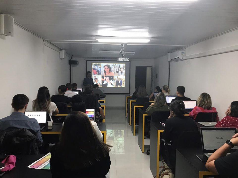 Alunos na sala de aula do Curso Marketing Digital